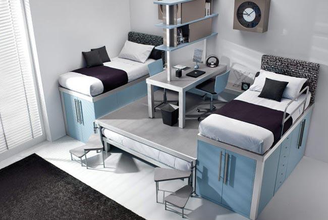 Дизайн кроватей на подиуме в детской комнате