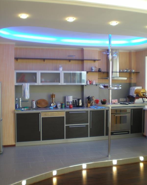 Дизайн кухни на подиуме