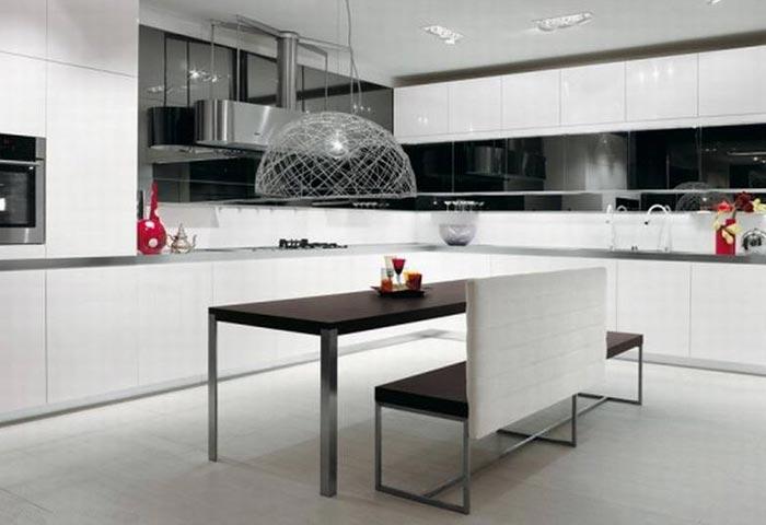 Интерьер кухни с надвисающей над столом декоротивной лампой