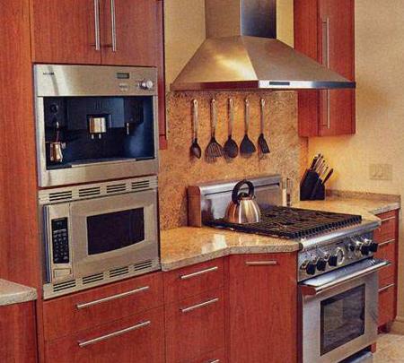Сочетаем дерево и металл в дизайне маленькой кухни