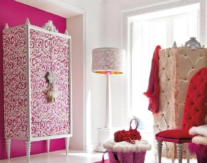 Небольшая гардеробная в интерьере комнаты девочки