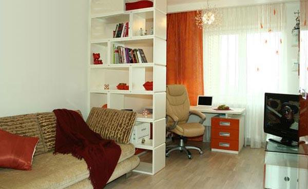 Дизайн интерьера комнаты молодого человека с зонированием площади при помощи стеллажа
