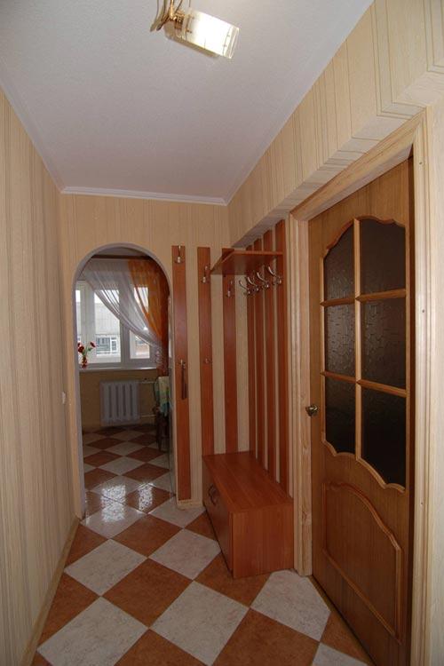 Классический дизайн коридора в светлых оттенках