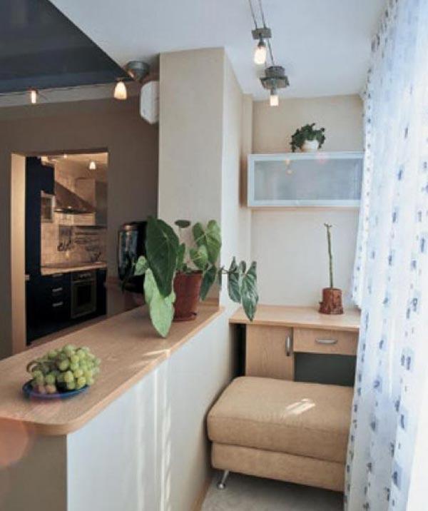 Интерьер кухни с открытой перегородкой на балкон