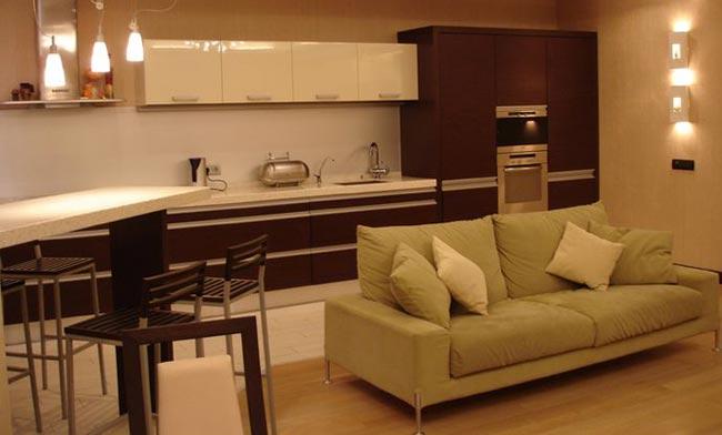 Как создать дизайн узкой кухни в коттедже