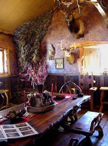 Интерьер кухни в деревянном стиле выполнен в охотничьем стиле
