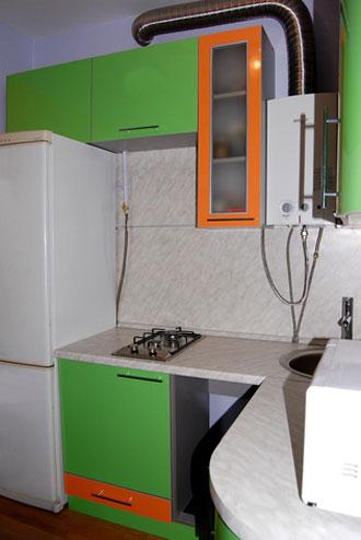 Дизайн кухни с холодильником у плиты