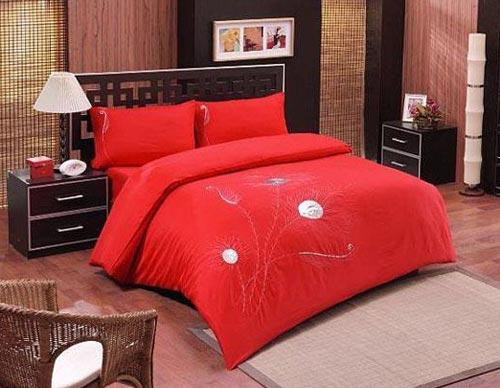Дизайн спальни с красным постельным бельем