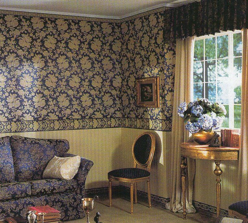 Дизайн гостиной с применением темных обоев с большим узором