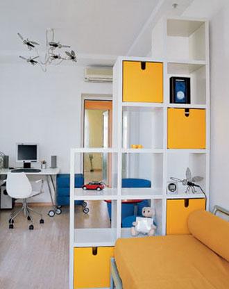 Дизайн интерьера однокомнатной квартиры со стеллажом в другом ракурсе