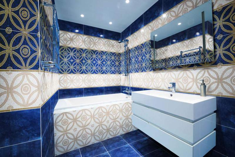 Мебель в ванной гармонирует с плиткой