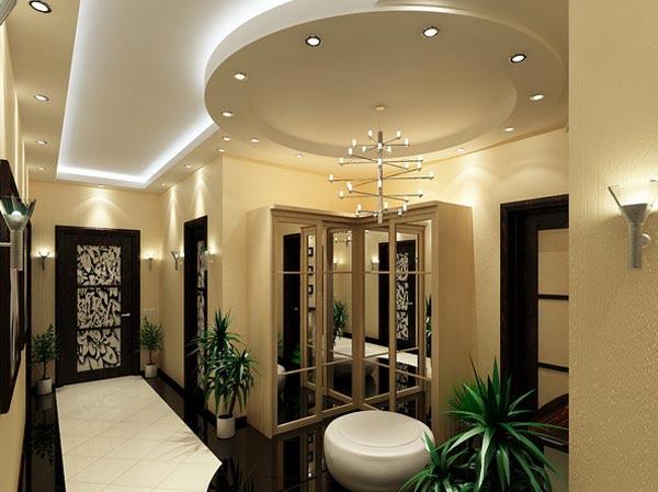 Дизайн потолков в прихожей заканчивается изысканной люстрой или бра