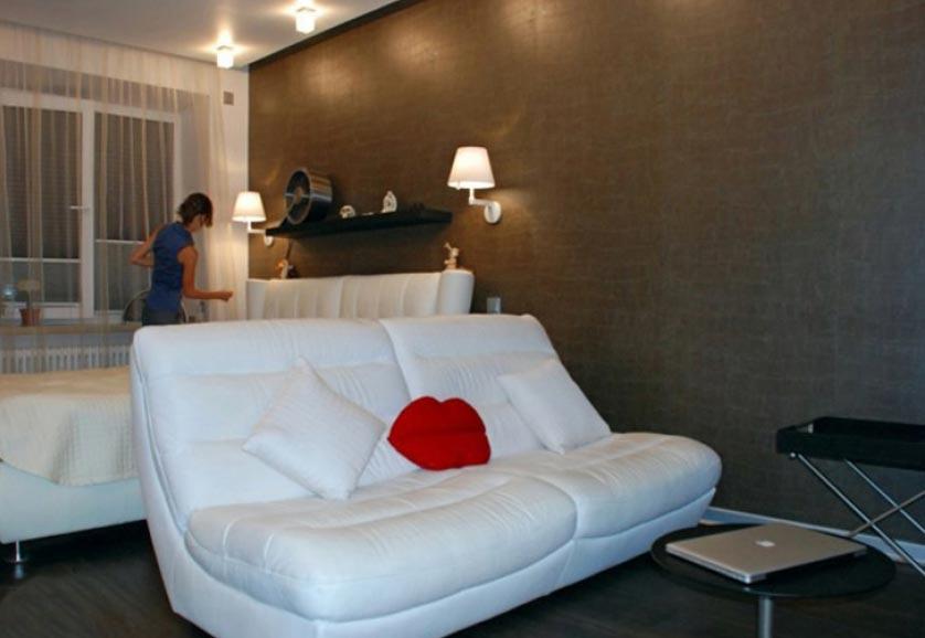 Дизайн интерьера квартиры с кроватью и диваном