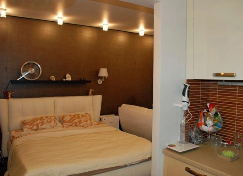 Необычный подголовник у кровати в дизайне квартиры студии