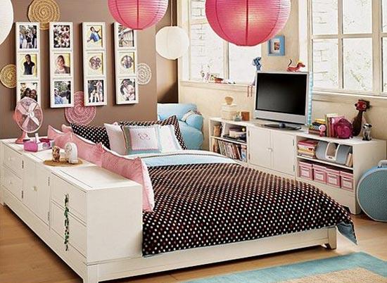 Дизайн спальни с различными причиндалами и украшениями