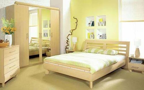 Дизайн интерьера спальной комнаты с деревянным гарнитуром