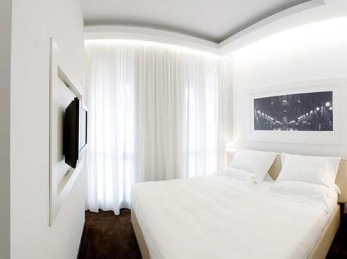 Как лучше использовать белые шторы в спальне