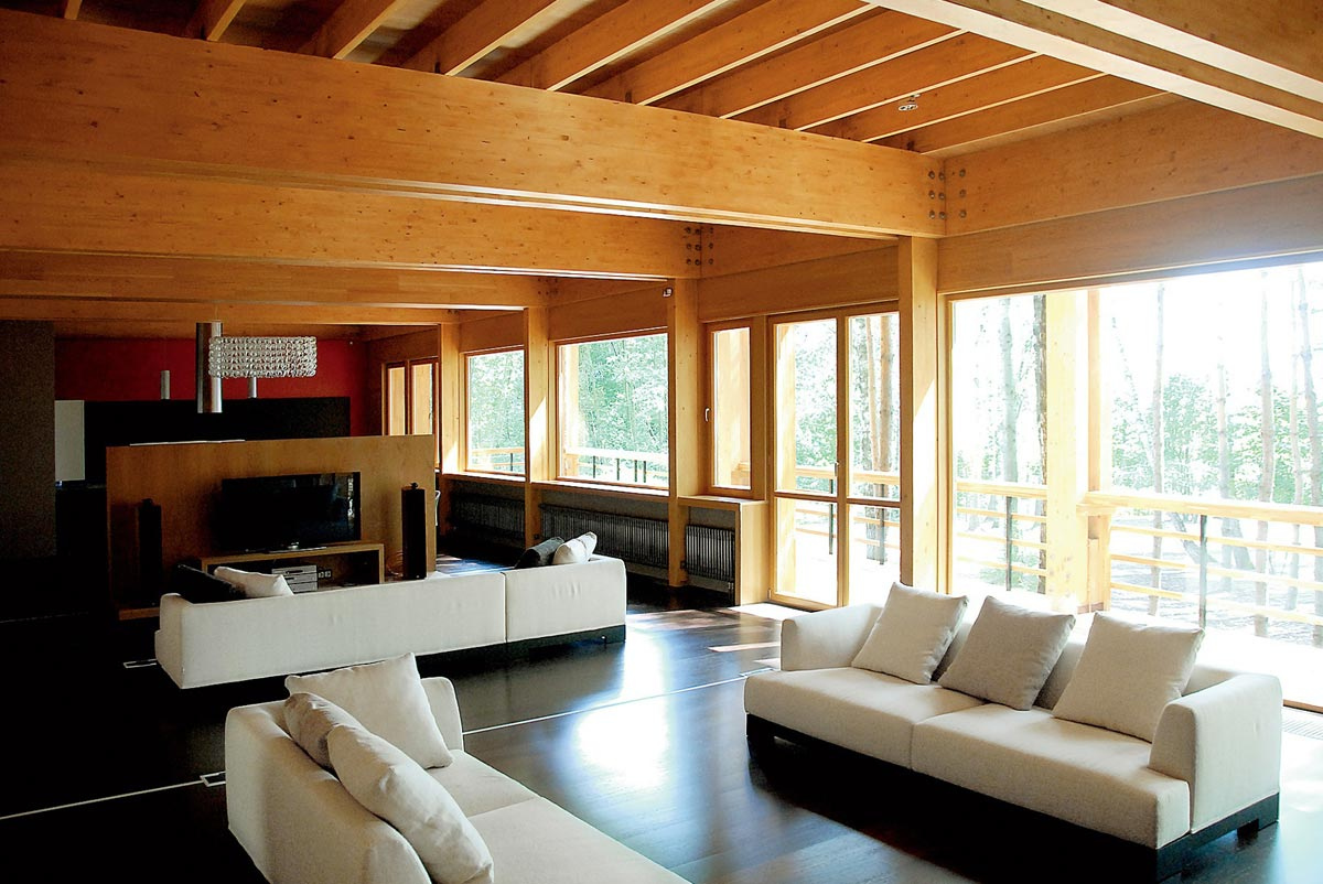 Интерьер комнаты для приема гостей в загородном доме
