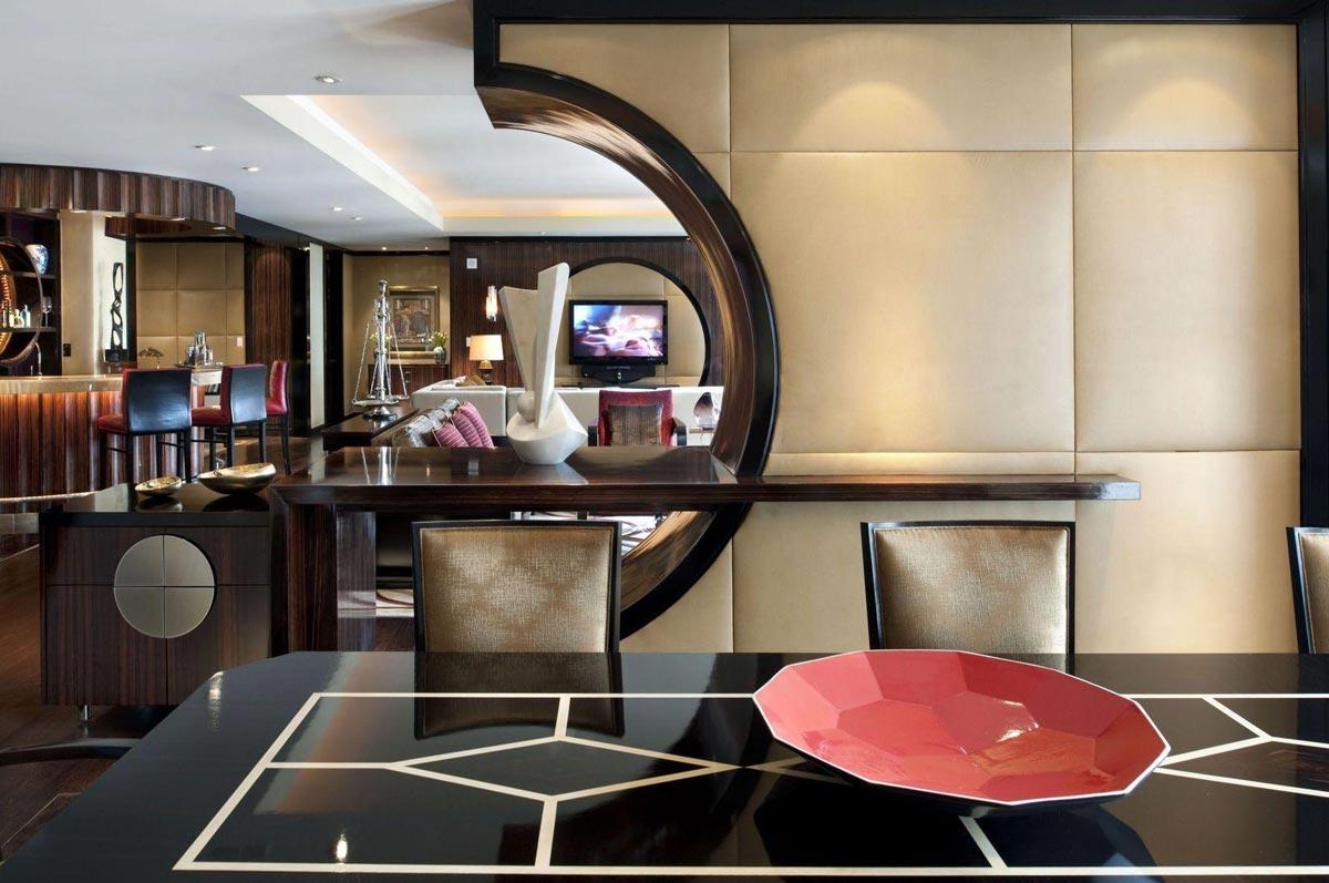 Интерьер креативного дизайна кухни совмещенной с залом