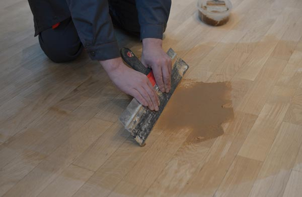 Как правильно зашпаклевывать щели на полу