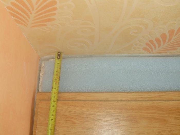 Как правильно отрезать ламинат, если стены кривые