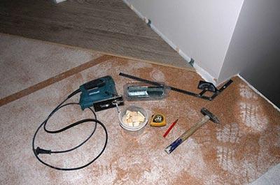 Какие инструменты понадобятся для укладки ламината на бетонный пол