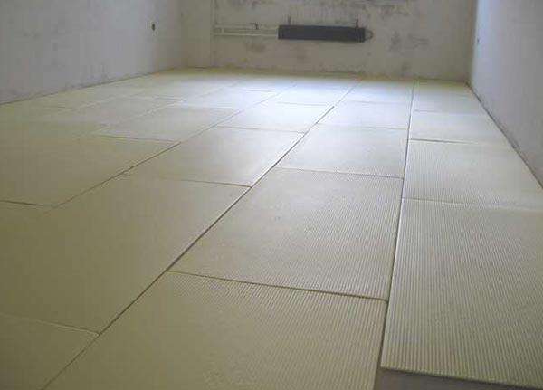 Утеплили бетонный пол, теперь можем укладывать ламинат