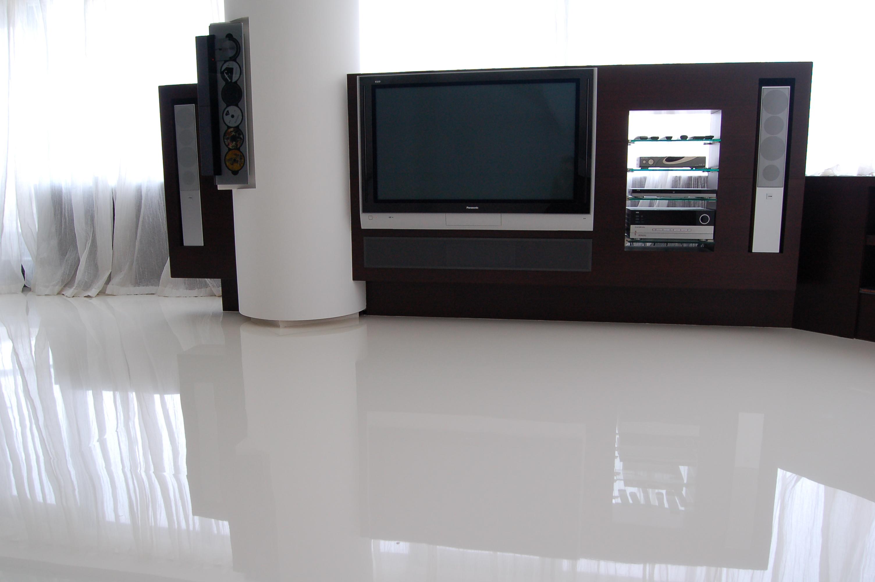 Комната с полимерным полом белого цвета