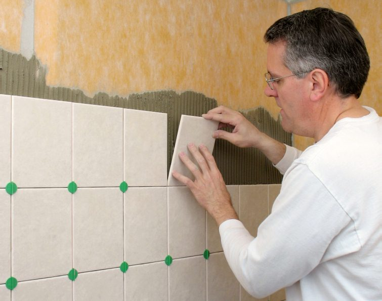 Как положить плитку на стену видео своими руками