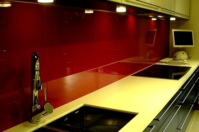 стеклянная плитка на кухню, стеклянная плитка, красная стеклянная плитка, крупная плитка