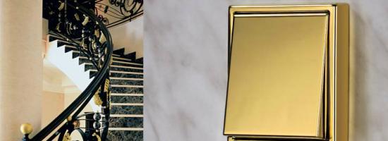 Выключатель, покрашенный в цвет под золото