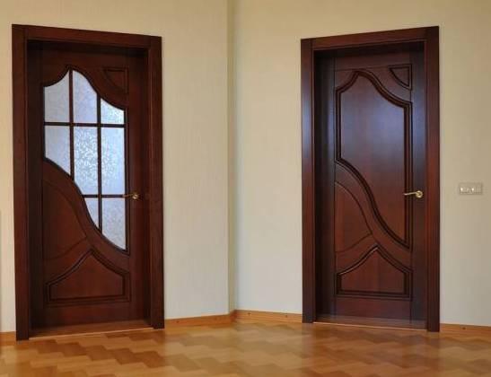 деревянные межкомнатные двери темной расцветки в интересном оформлении со стеклом и без