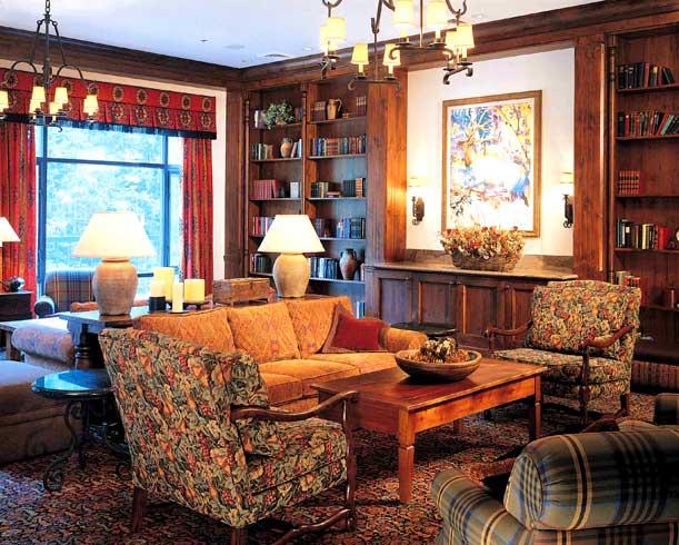 английский стиль в интерьере, дизайн интерьера, интерьер гостиной,  книжные полки, уютная гостиная, деревянный журнальный столик