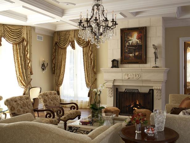 интерьер в гостиной, викторианский интерьер, камин, гостиная в европейском стиле, kлюстра, светлый интерьер гостиной