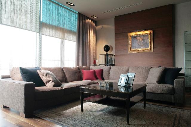 гостиная в небольшой квартире в коричнево - серых тонах с панорамными окнами