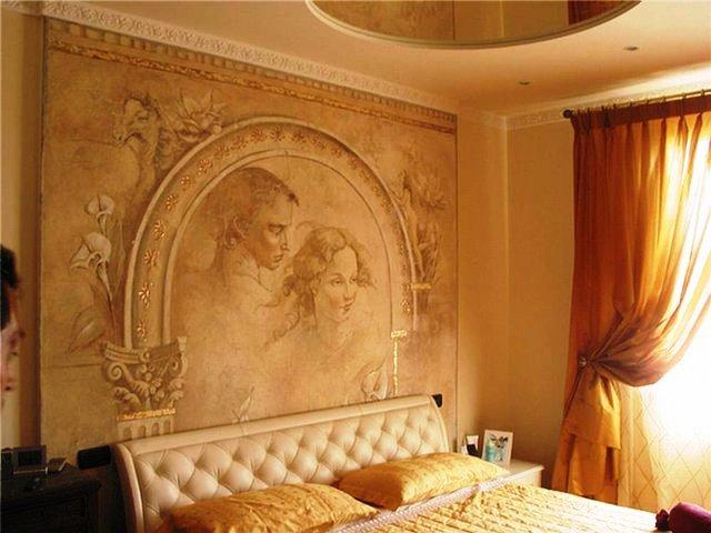 венецианская штукатурка в спальне с изображением мужчины и женщины в обрамлении арки