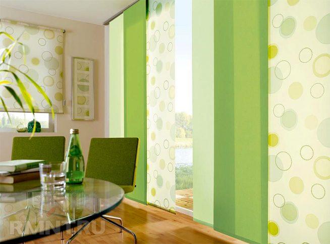 комната в зеленых тонах со стеклянным столом и панорамными окнами, прикрытыми зелеными японскими панелями разных оттенков