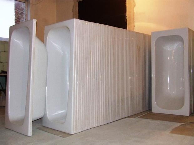 много акриловых вкладышей белого цвета для ванной вставлены друг в друга