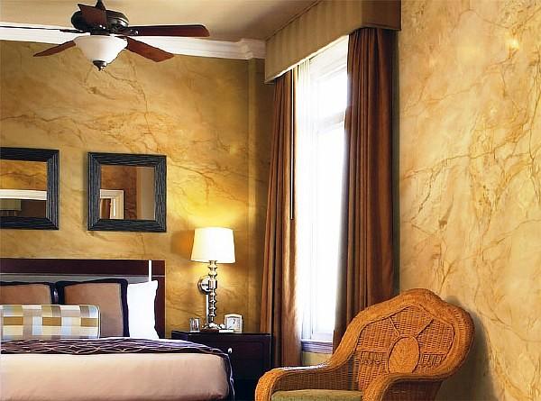 Венецианская штукатурка с мраморным рисунком в спальне бежевого цвета