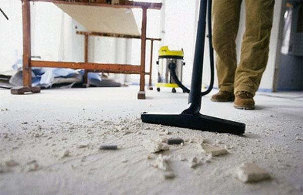 чистка светлого пола щеткой после завершения ремонта