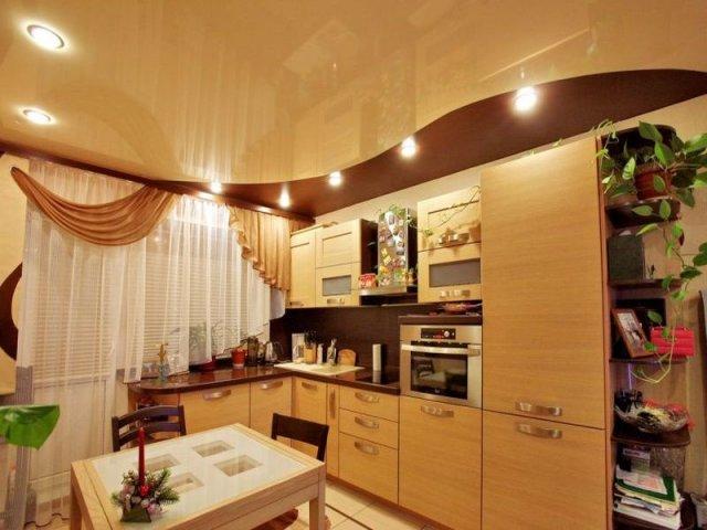 просторная кухня в бежевых тонах с точечным освещением
