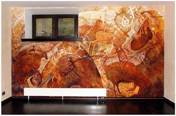 венецианская штукатурка с изображением ярких животных на стене с окном