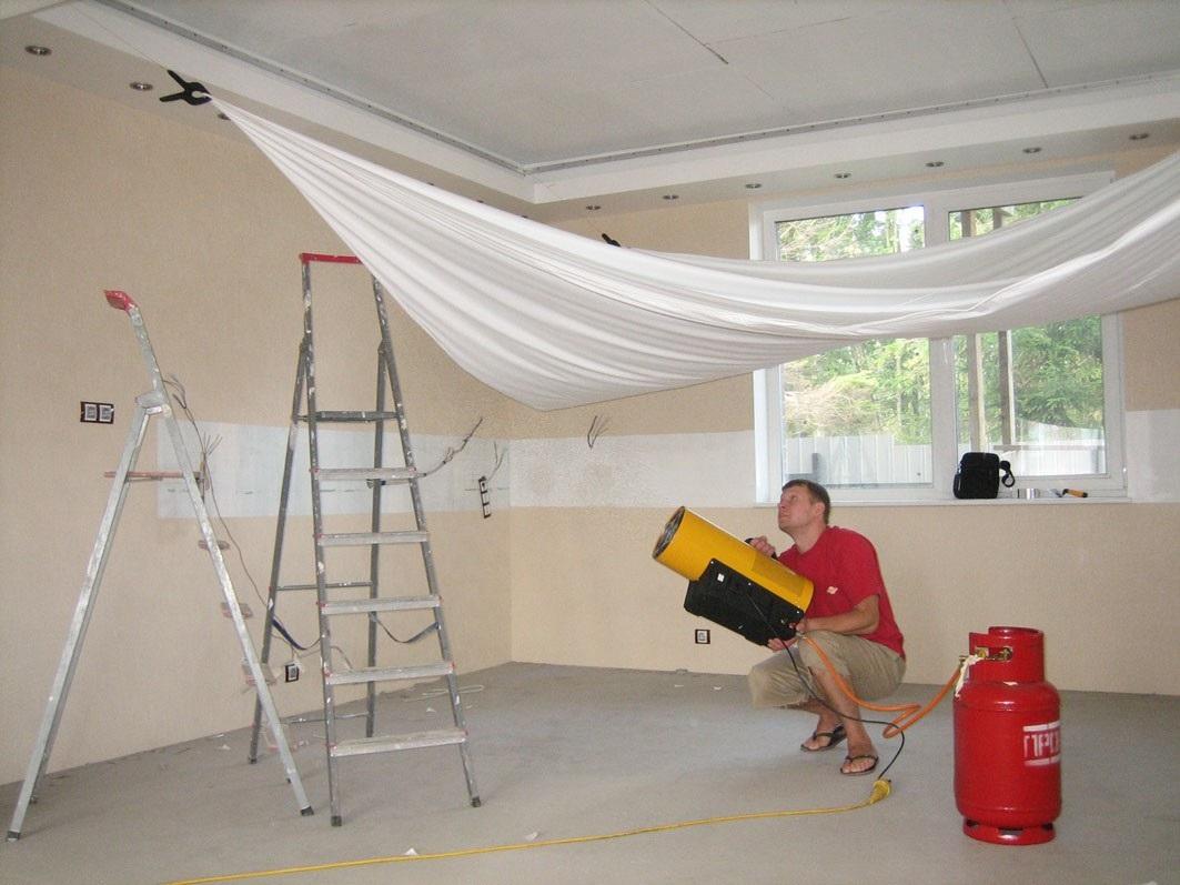 Процесс нагревания и натяжки пвх потолка