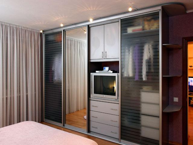 шкаф-купе с прозрачными дверями в спальне