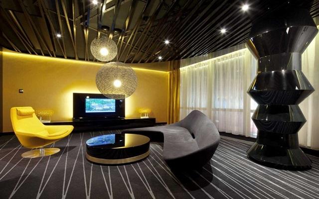 гостиная с диваном и креслами необычной формы, в черно -желтых тонах