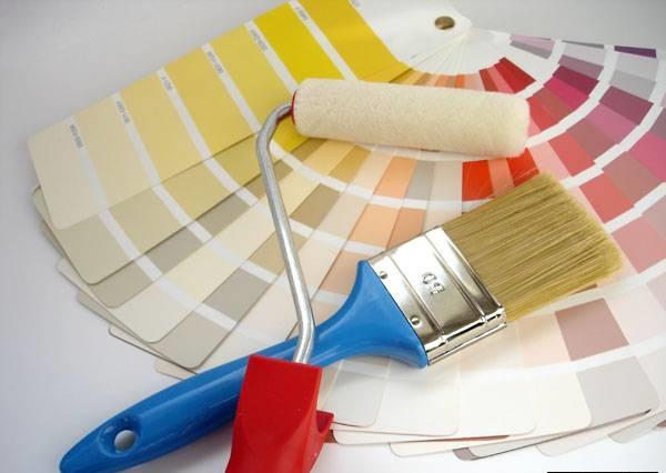 Краски, валик и кисть для окрашивания стен