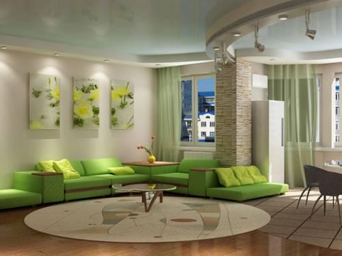 просторная гостиная в зеленом цвете с разными оттенками