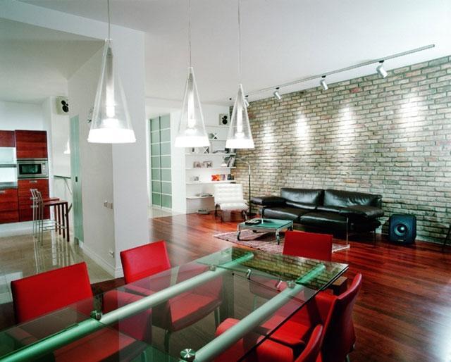 гостиная в стиле техно, совмещенная с кухней, с преобладанием красных и серых оттенков