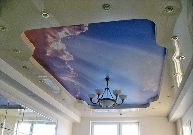 Двухуровневый потолок с изображением облаков