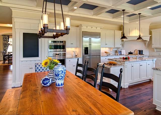 просторная кухня поделена на обеденную зону и зону приготовления пищи, оформлена в тосканском стиле